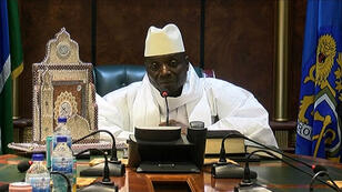 Yahya Jammeh à la télévision publique le 1er décembre. Il reconnaît alors sa défaite avant de se rétracter quelques jours plus tard.