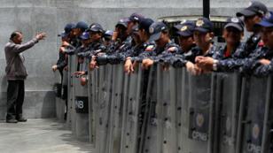Miembros de la Policía Nacional en fila frente al edificio de la Asamblea Nacional en Caracas, Venezuela, el 14 de mayo de 2019.
