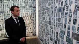 Emmanuel Macron lors de sa visite au mémorial de la Shoah, à Paris, le 30 avril 2017.