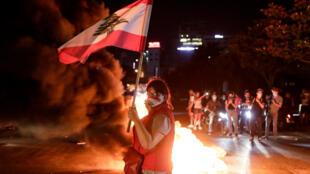 متظاهرون يقطعون طريقا في وسط بيروت احتجاجا على تدهور الأوضاع الاقتصادية في 11 حزيران/يونيو 2020.