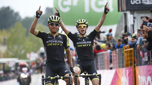 El colombiano Esteban Chaves (izquierda) cruza la meta en la sexta etapa del Giro d'Italia con su compañero Simon Yates en Sicilia. 10/5/18
