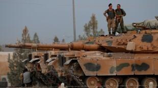 جنود أتراك على دبابات في بلدة أكاكالي الحدودية في مقاطعة سانليورفا. تركيا 11 أكتوبر/تشرين الأول 2019.