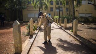 Un miembro del Ejército desinfecta el pavimento fuera de una escuela en Santo Domingo, el 14 de mayo de 2020, en medio de la nueva pandemia de coronavirus en República Dominicana.