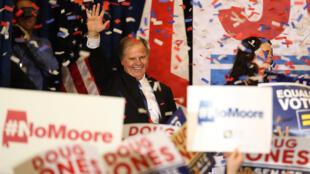 Doug Jones salue ses supporters après l'annonce de sa victoire en Alabama, mardi 12 décembre 2017.