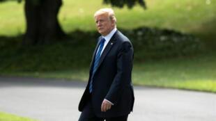 El presidente de EE. UU., Donald Trump, camina en South Lawn para dejar la Casa Blanca en Marine One, en Washington D. C., EE. UU., para viajar a Bedminster, Nueva Jersey, durante el fin de semana. 20 de julio de 2018.