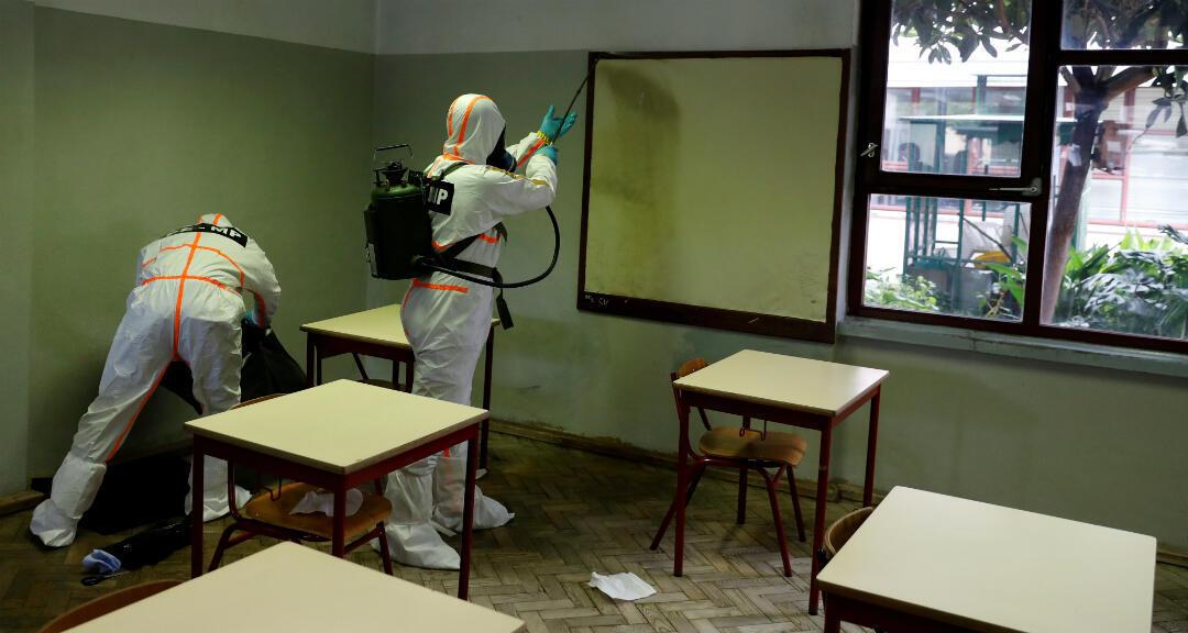 La Policía de Portugal desinfecta una escuela antes del regreso de los alumnos a clase. Lisboa, Portugal, el 29 de abril de 2020.