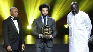 Mohamed Salah, entouré du président de la CAF Ahmad Ahmad (à g.) et du président du Liberia George Weah (à d.).