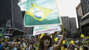 Des milliers de personnes ont défilé dans les rues du Brésil dimanche 12 avril contre la corruption du gouvernement.