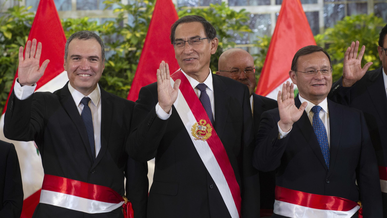 El presidente del Consejo de Ministros de Perú, Salvador del Solar (izq.), junto al presidente de Perú, Martín Vizcarra (Cen.), y al ministro de Rel. Exteriores, Néstor Popolizio, en Lima el 11 de marzo de 2019.