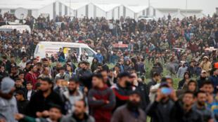 Centenares de palestinos se dieron cita en los límites de la Franja de Gaza con Israel para el primer aniversario de la Marcha del Retorno el 30 de marzo de 2019.