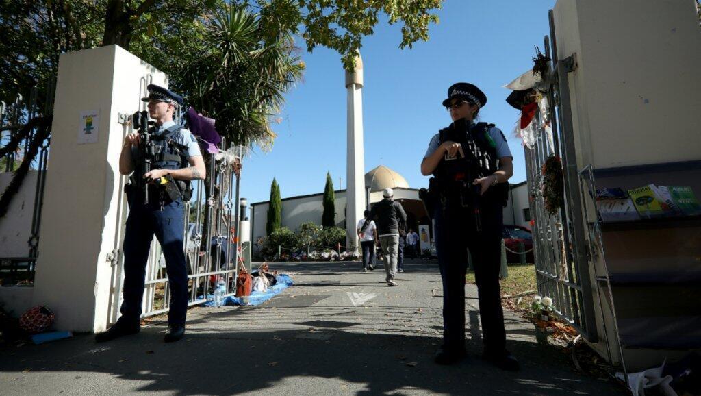 Oficiales de policía armados montan guardia frente a la mezquita de Al Noor durante las oraciones del viernes en Christchurch el 3 de mayo de 2019, antes del mes sagrado de Ramadán.
