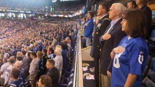 Mike Pence entona el himno nacional durante el partido entre los Colts y los 49ers. 8/10/2017