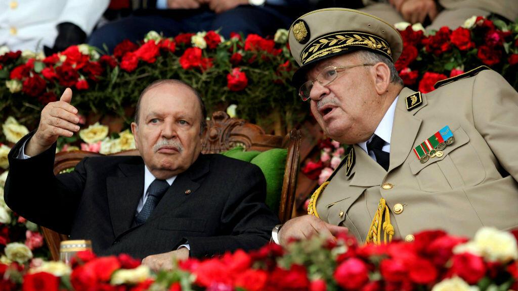 el presidente Abdelaziz Bouteflika junto con el jefe del Ejército, Ahmed Gaïd Salah, durante una ceremonia celebrada el 27 de junio de 2012.
