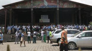 Des étudiants rassemblés devant l'église Saint-Michel pendant les manifestations contre le réforme de l'attribution des bourses.
