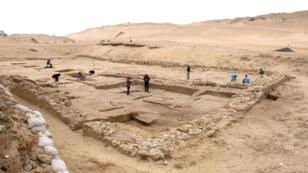 Les ruines d'une bâtisse à proximité des pyramides de Gizeh.