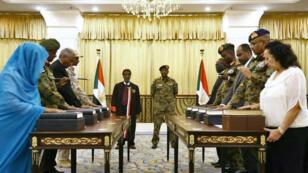 أعضاء المجلس السيادي في السودان يؤدون اليمين الدستورية بحضور رئيس المجلس الفريق أول عبد الفتاح البرهان.