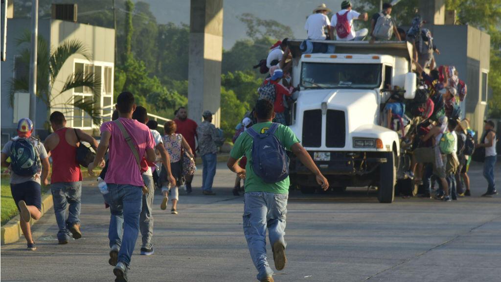 Corriendo para alcanzar a conseguir un cupo a los costados de un vehículo de carga pesada, así iniciaron miles de migrantes centroamericanos la mañana del 24 de octubre de 2018 en Huixtla, estado de Chiapas, México.