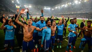 Les Marseillais célèbrent avec leurs supporters après leur qualification.