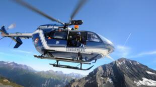 Un hélicoptère de la gendarmerie vole au-dessus du massif de La Vanoise, dans les Alpes, en août 2012.