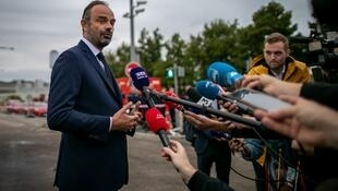 Le Premier ministre, Édouard Philippe, répond aux journalistes devant le site de l'usine Lubrizol à Rouen, le 30 septembre 2019.