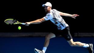 Adrian Mannarino face à l'Allemand Alexander Zverev au 3e tour de l'Open d'Australie, à Melbourne, le 12 février 2021