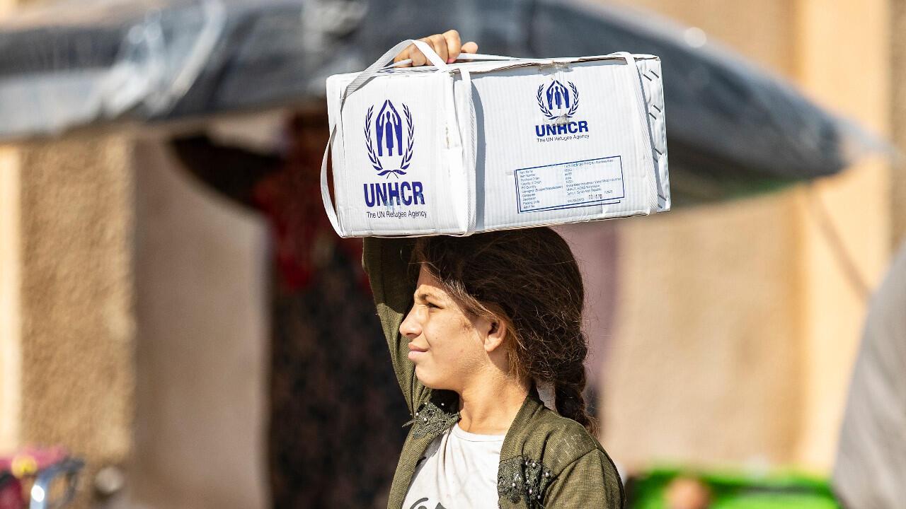 Des déplacés syriens déplacés reçevant une aide humanitaire le 12 octobre 2019, dans la ville de Tal Tamr, au nord-est de la Syrie.