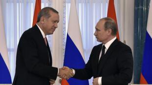 Le président turc Recep Tayyip Erdogan et Vladimir Poutine  à Saint-Pétersbourg, le mardi 9 août 2016.