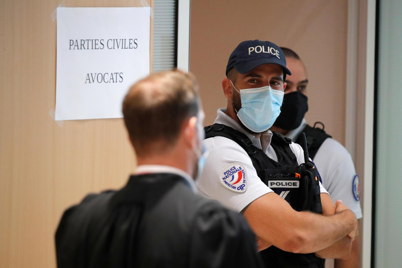 Un policier devant la salle d'audience au palais de justice de Paris, le 2 septembre 2020.