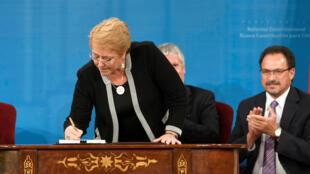 La presidenta de Chile, Michelle Bachelet, firma la propuesta de reforma constitucional en el palacio de gobierno, el 6 de marzo de 2018.