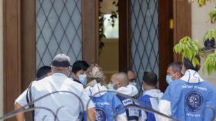 عناصر من الشرطة الإسرائيلية وخبراء الطب الشرعي يقفون أمام مقر إقامة السفير الصيني لدى إسرائيل دو وي الذي عثر عليه ميتا في 17 أيار/مايو 2020