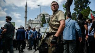 جنود أتراك بساحة تقسيم أثناء تظاهرة للتنديد بمحاولة الانقلاب، في إسطنبول 16 يوليو 2016