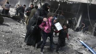 يخشى المدنيون الخروج من الغوطة الشرقية عبر الممرات الإنسانية خوفا على حياتهم