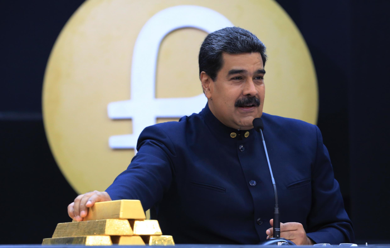 Le président vénézuélien, Nicolas Maduro, exhibe plusieurs lingots d'or en 2018. Une partie des réserves du pays sont stockés à la Banque d'Angleterre.