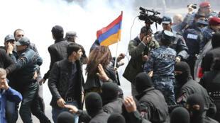 Autoridades dispersan a la multitud en medio de las protestas en Ereván, 22 de abril de 2018.