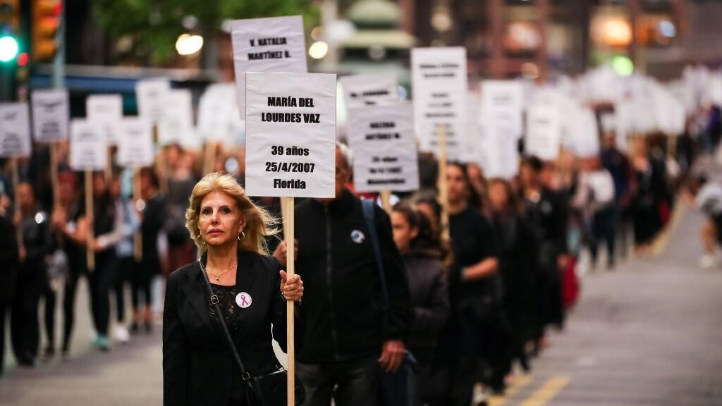 Decenas de personas participan en la marcha por el Día Internacional de la Eliminación de la Violencia contra la Mujer este lunes, en Montevideo (Uruguay).