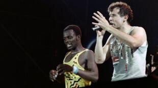 Johnny Clegg et le danceur Dudu Zulu, du groupe de musique Savuka, lors de la 12e édition du Printemps de Bourges, en France, le 10 avril 1988.