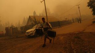 Des milliers de Chiliens ont été évacués à l'approche des feux de forêt qui ravagent le pays depuis plus d'une semaine.
