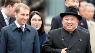 El líder norcoreano Kim Jong-un llega a la estación de tren de la ciudad de Vladivostok, en el oriente de Rusia, el 24 de abril de 2019.