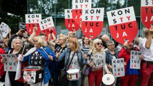 أشخاص يتظاهرون دعما لرئيسة محكمة العدل العليا البولندية أمام مبنى المحكمة في وارسو، في 4 تموز/يوليو 2018.