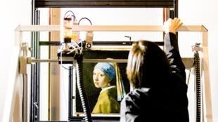 """""""La jeune fille à la perle"""" de Vermeer, passée au rayon X macro fluorescent (MA-XRF) au musée Mauritshuis de La Haye, le 26 février 2018"""