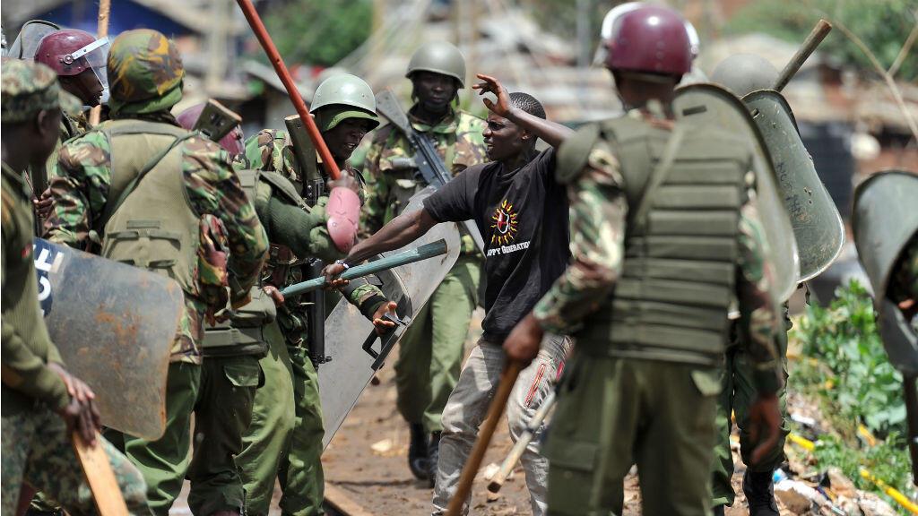 Policiers et manifestants se sont affrontés dans le bidonville de Kibera, jeudi 26 octobre 2017, en marge du scrutin.