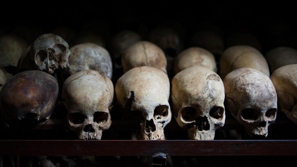 Esta foto, tomada el 12 de marzo de 2014, muestra los cráneos de las víctimas asesinadas durante el genocidio de Ruanda, presentado en la Iglesia Nyamata en Nyamata, Ruanda.