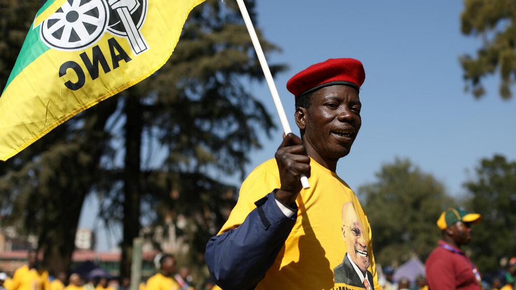 Un partidario del expresidente Jacob Zuma asiste a una investigación pública sobre contra Zuma sobre corrupción estatal, en Johannesburgo, Sudáfrica, el 15 de julio de 2019.