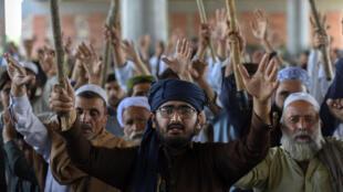 ناشطون في حركة لبيك باكستان يطالبون بطرد السفير الفرنسي في بيشاور في 13 نيسان/ابريل 2021