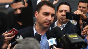 Flavio Bolsonaro, député de Rio de Janeiro et fils de Jair Bolsonaro, s'exprime au nom de son père devant l'hôpital Santa Casa au Brésil, le 7 septembre 2018.