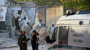 Oficiales investigan lo ocurrido tras un ataque explosivo contra una estación de policía en Barranquilla, Colombia, el 28 de enero de 2018.