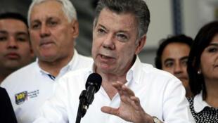 El presidente de Colombia, Juan Manuel Santos, habla con los medios en Cucutá, Colombia.
