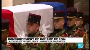 Une cérémonie d'hommage national aux neuf militaires tués avait eu lieu aux Invalides, le 10 novembre2004.