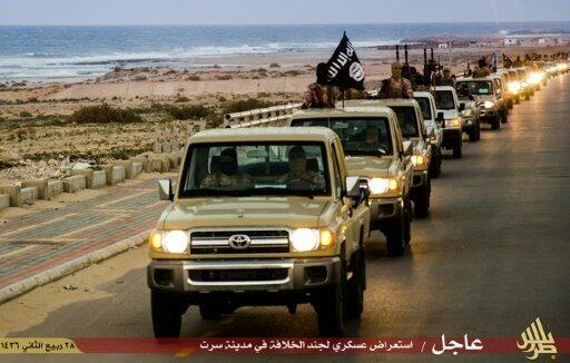 صورة من موقع جهادي لاستعراض عسكري لتنظيم الدولة الاسلامية في سرت، في 18 شباط/فبراير 2015