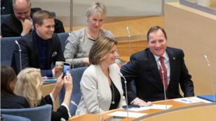 Le Premier ministre social-démocrate, Stefan Löfven (à droite) après l'annonce de la reconduction à son poste le 18 janvier.